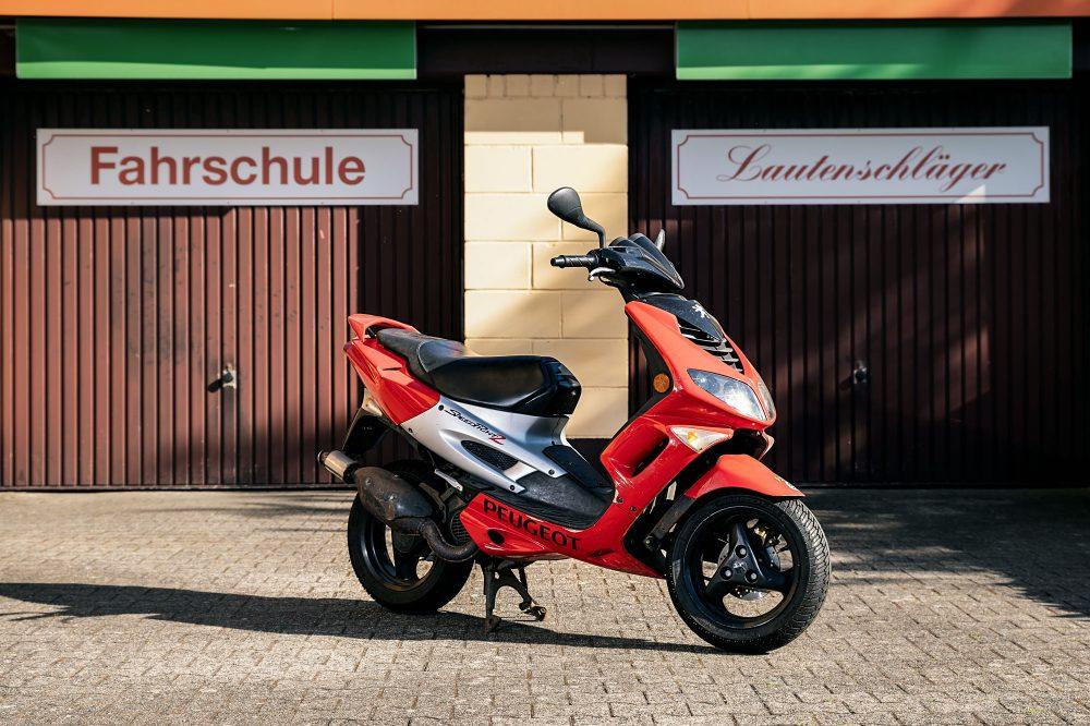 Fahrschule Lautenschläger: Roter Peugeot Streetfighter 2 Roller